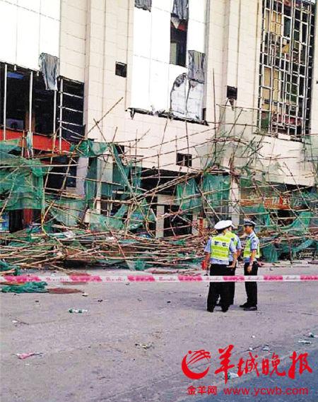 脚手架倒塌现场 图片来源:羊城晚报