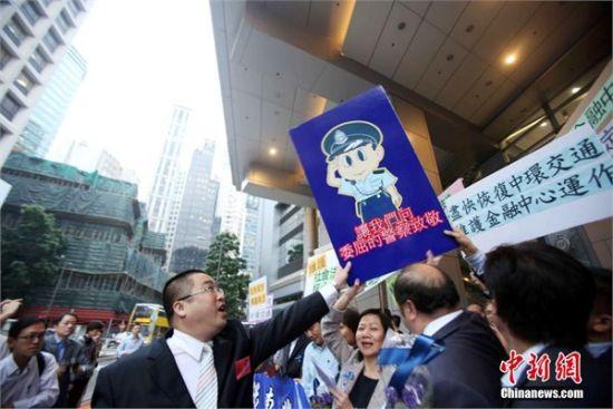 昨天,香港金融界人士支持警方执法