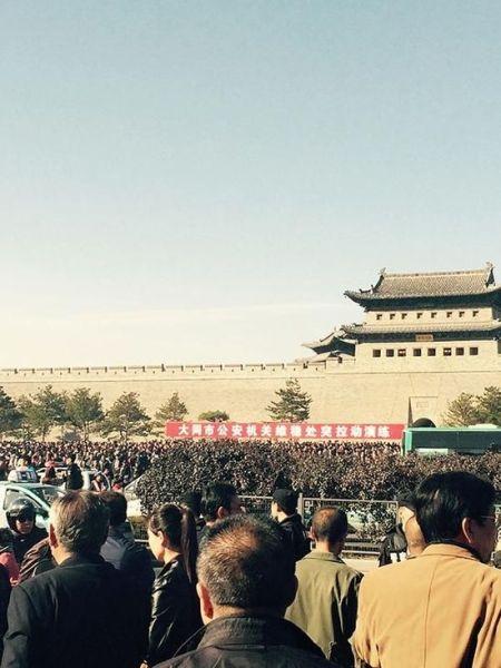10月18日上午,千余大同市民聚集在大同和阳门广场,希望原市长耿彦波重返大同。