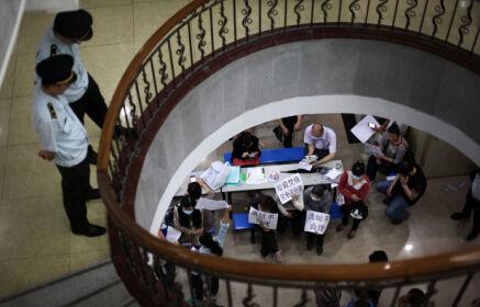 二零一四年四月二十三日,广东省广州市城管局,不少来访市民拿着印有反对建设垃圾焚烧厂口号的纸张在楼下展示。