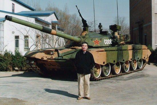 祝榆生先生与99式坦克样车合影