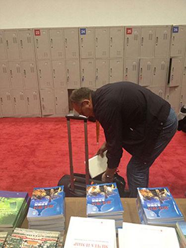外宾用大行李箱装习近平的书