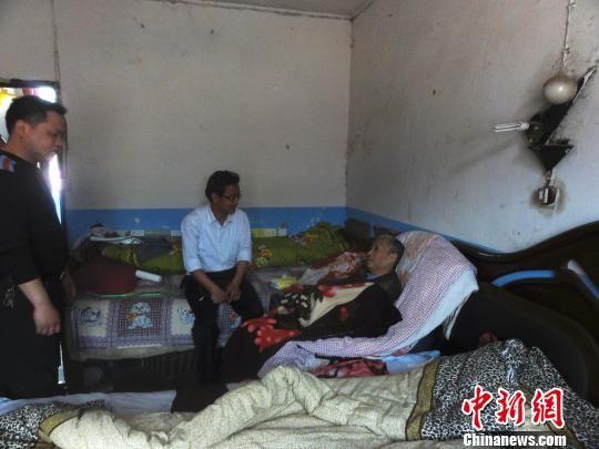 图为遵义市总工会作业人员看望病床上的劳模。 遵义总工会供图 摄