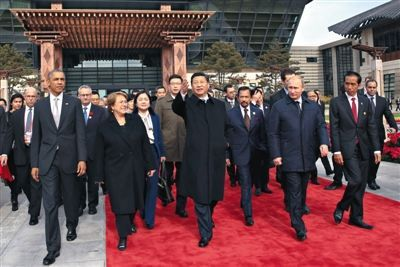 昨日,习近平与各成员经济体领导人或代表前往种植亚太伙伴林。当日,APEC领导人非正式会议在怀柔雁栖湖国际会议中心举行。 新华社记者 兰红光 摄