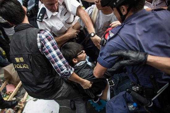 学民思潮召集人黄之锋等被警方逮捕