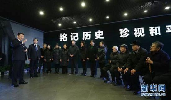 12月13日上午,习近平、张德江等亲切会见参加仪式的南京大屠杀幸存者代表和遇难同胞遗属代表。新华社记者 兰红光 摄