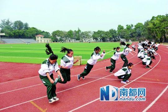 因时常有刺激性气味,广州颜乐天纪念中学学生上体育课前,老师要先辨别风向再决定在哪块区域上课。南都记者李向新 摄