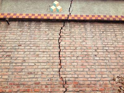 云驾岭村近七成房屋出现类似裂缝。