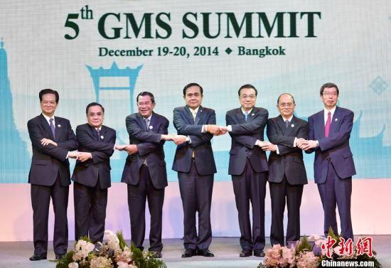 12月20日,中国国务院总理李克强在泰国曼谷出席大湄公河次区域经济合作第五次领导人会议,与会的有来自涉及流域内的老挝、越南、缅甸、泰国、柬埔寨五国领导人。大湄公河次区域经济合作始于1992年,此次会议将继续就互联互通等方面进行评估和探讨。中新社记者 刘震 摄