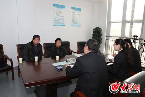 山东高院负责聂树斌案复查工作的合议庭法官会见聂树斌近亲属和其代理人,图为会见现场。