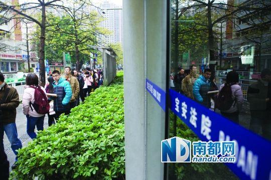 12月26日8点多,众多律师、当事人在宝安人民法院门口排起长队,等待法院上班拿号立案。南都记者 王子荣 摄