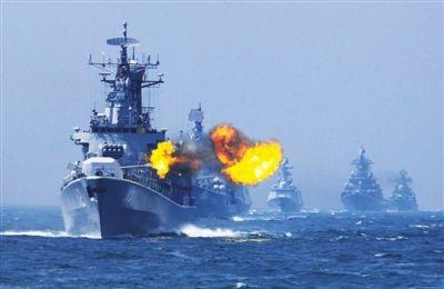 """5月24日,中俄""""海上联合-2014""""军演,中国海军哈尔滨舰主炮对海上目标进行射击。新华社记者 查春明 摄"""