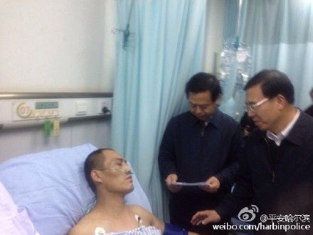 公安部党委委员、政治部主任夏崇源到哈尔滨医科大学附属第一医院亲切看望了受伤的消防战士