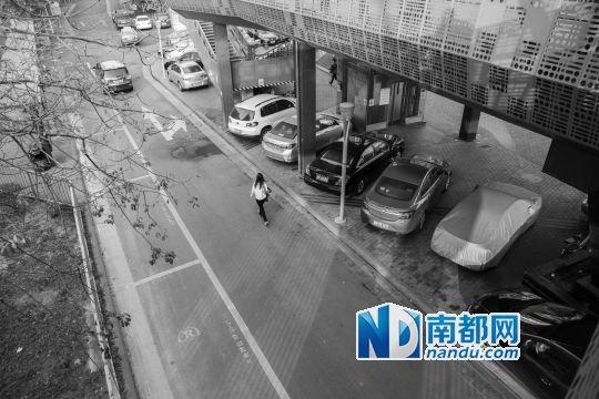 昨日,创业天桥附近路段划了大量临时停车位,但是车主宁愿把车停在桥底没划位置的地方。