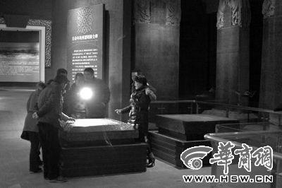 1月4日,昭陵博物馆内,国家一级文物尉迟敬德的墓志受到众多文物爱好者的关注 华商报记者 佘樱 摄