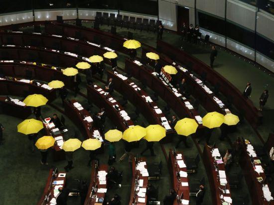 反对派议员撑黄伞走出立法院