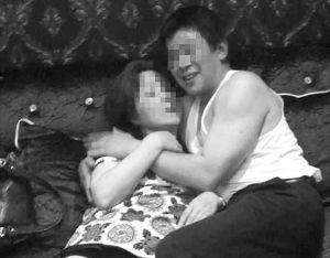 镇江网友发布的图片显示,宋某某与一名女性半躺在沙发上