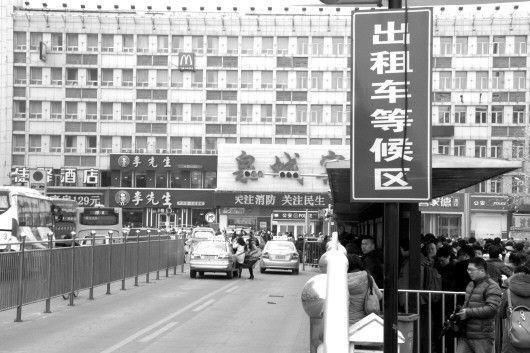 受专车等影响,平日里出租车扎堆的济南火车站广场日前也出现打车难的现象。(资料片)本报记者周青先 摄