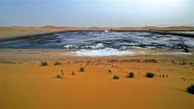 2014年8月31日,记者在阿拉善左旗额里斯镇的腾格里沙漠行进了大约一小时后,看到了包围在沙漠深处的污水池,浓烈得几乎令人窒息的刺鼻气味扑面而来。