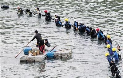 6日,台湾搜救人员继续在飞机失事河段寻找失联人员.