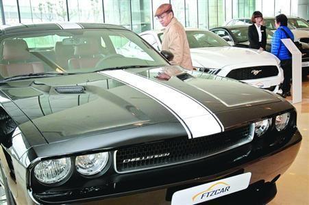 2月15日,上海自贸区平行进口车正式开卖。一些顾客在展厅看样车、了解情况。/晨报记者 竺钢