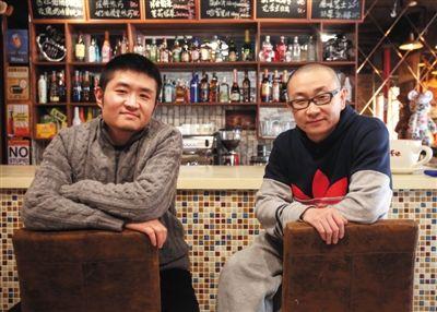 14日,西安交通大学路66号公路咖啡馆,苗阜(左)、王声(右)两位青年相声演员今年将第一次登上春晚舞台。新京报实习生 彭子洋 摄