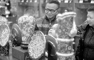 """,北京APEC会议期间""""彭麻麻""""与各国""""第一夫人""""体验""""点蓝""""的铜胎掐丝珐琅繁花似锦瓶正式开始限量发售。"""
