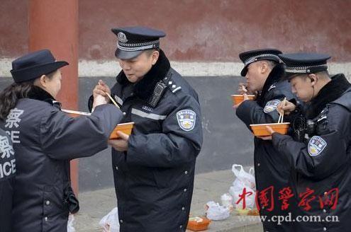 """2月21日,""""平安北京""""微博发布的民警在雍和宫执勤期间露天就餐的图文报道引起网友关注并纷纷点赞。"""