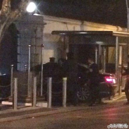 12日22时30分许,美国驻上海总领事馆位于乌鲁木齐路的大门遭黑色轿车冲撞,造成一名执勤武警哨兵受伤,一度昏迷,但送医后已清醒。