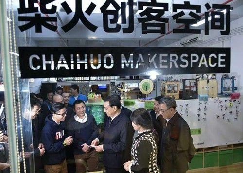 """1月4日,新年第一个工作日,正在深圳考察的国务院总理李克强来到柴火创客空间,体验各位年轻""""创客""""的创意产品。"""