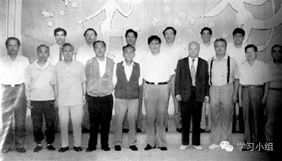 老照片:1995年,习近平与中国足坛元老史万春、年维泗等人合影。