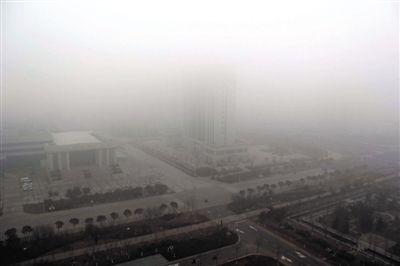 昨日,连云港市赣榆区14层高楼上拍摄的大雾天气。当日,江苏省多地出现大雾天气。新华社发