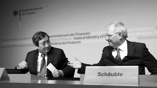 □3月17日,德国柏林,德国财政部长朔伊布勒与中国副总理马凯出席新闻发布会,前者表示德国将加入亚投行。
