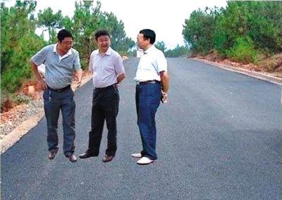 ●悬浮照 2011年6月16日,四川凉山自治州会理县政府网站在首页发布的一条题为《会理县高标准建设通乡公路》的新闻中,使用了合成痕迹明显的照片