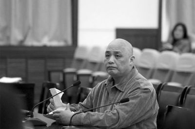 王华出庭受审。