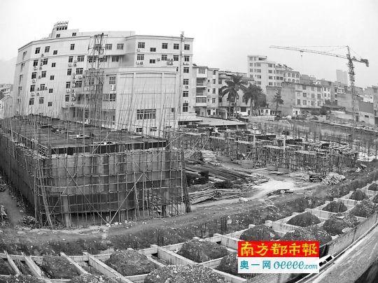 """都安县""""法院社区""""内,20多亩地盘被分红120多块地盘,多栋相似于联排别墅的室第正在开工。 南都记者 罗煜明 摄"""
