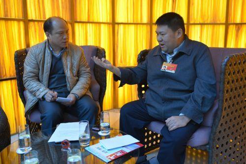毛新宇将军(右)正在承受我刊记者采访。冯琳 摄 图像来历:紫荆网