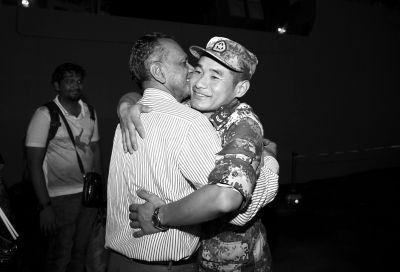 4月7日,在吉布提共和国吉布提港,一位斯里兰卡百姓临别时拥抱临沂舰舰员,抒发感激。新华社发