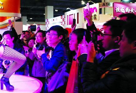 昨日是成人展开展首日,观众多为年轻人。 /晨报记者 殷立勤