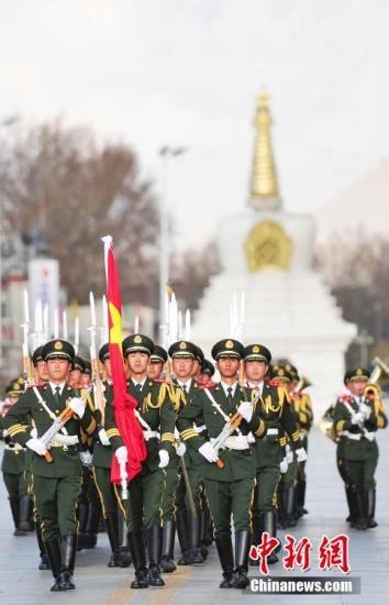 3月28日,西藏百万农奴解放五十六周年纪念日之际,西藏自治区在拉萨布达拉宫广场举行升国旗唱国歌仪式。西藏自治区党政军高层和各界民众3000多人隆重集会。 唐朝杨 摄
