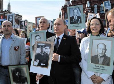 """昨日,在莫斯科举行的""""不朽军团""""大游行中,俄罗斯总统普京举着他参加了二战的父亲照片参加游行。"""