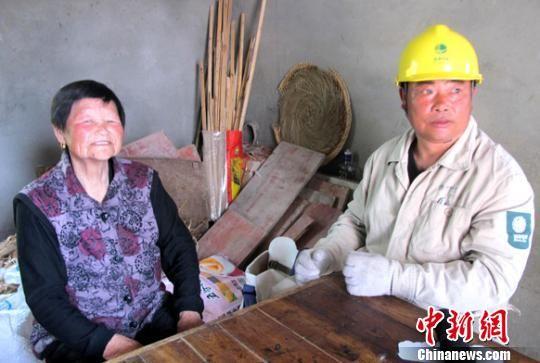 聋哑老人十年划300道粉笔杠无声感恩帮扶她的好人