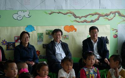 青海省教育厅薛建华副厅长(右一)、基础教育处庞青处长(左一)在海西州天峻县幼儿园现场听课,了解幼教情况。