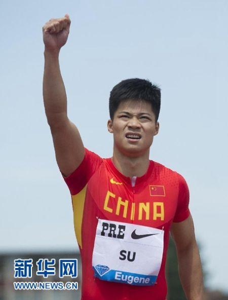 5月30日,苏炳添(右一)在比赛中。当日,在国际田联钻石联赛尤金站男子100米比赛中,中国选手苏炳添以9秒99的成绩获得第三名,打破全国记录。 新华社记者杨磊摄