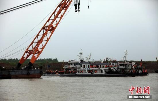"""6月3日,长江湖北监利水域,搜救人员仍然在""""东方之星""""客船翻沉地点及附近进行搜寻救援,大型水上起吊设备停靠在翻沉客船附近。中新社发 张畅 摄"""