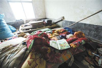 昨日,毕节4名死亡留守儿童生前居住的房屋内,被褥上留有孩子的课本。6月9日,这4兄妹在家喝农药死亡。新华社记者 陶亮 摄