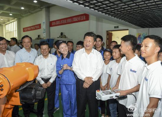 习近平来到位于贵阳清镇职教城的贵州省机械工业学校