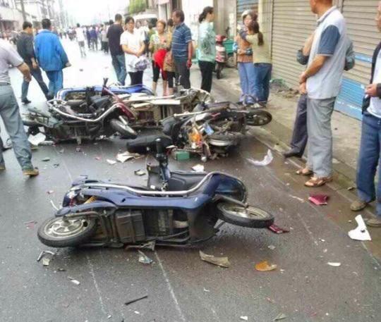 6月22日早晨,无锡滨湖区南湖路南泉裕村旁路段发作一同交通事变,一辆商务车在事发地撞倒和带倒多辆电动车,形成10余人受伤,此中4名轻伤职员经送病院急救有效殒命。网友供图