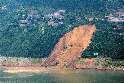 昨日,重庆巫山大宁河江东寺北岸突发大面积滑坡引发巨大涌浪,造成对岸多艘小型船舶翻沉,岸边4人伤1人失踪。图/CFP