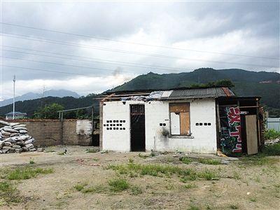 发生虐童事件的废弃房屋,一施暴孩子的父亲就在附近摆烧烤摊,却对此一无所知。新京报记者 林斐然 摄